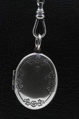 Foto medaillon Ovaal met bloemenrand 2 foto's ketting hanger zwaar verzilverd