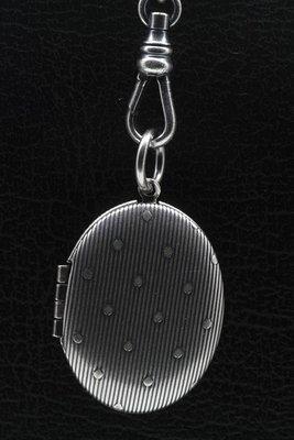 Fotomedaillon Ovaal met strepen 2 foto's ketting hanger zwaar verzilverd