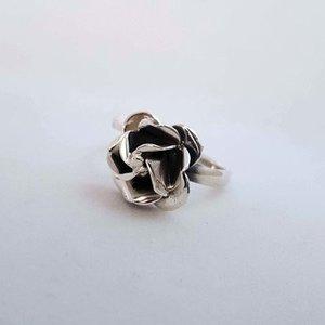 ZilverenRing design met kleine rozenknop