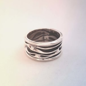 ZilverenRing design met kreukels