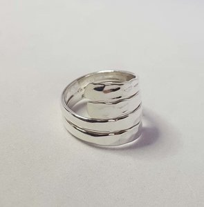 Zilveren ring modern gehamerd 2