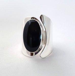 Zilveren moderne ring met Onyx ovaal
