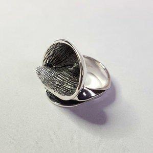 Zilveren ring Modern met geoxideerde draaiing