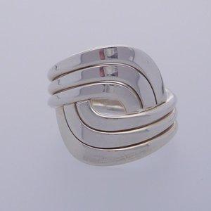 Zilveren ring kruisende banen