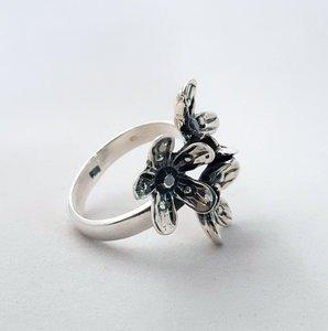 Zilveren ring met 3 bloemetjes geoxideerd