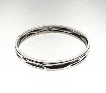 Zilveren kreukelarmband met vrije banen 21 cm